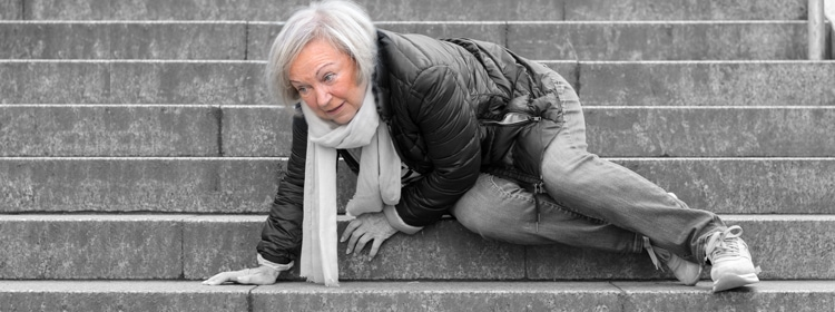 גיא דויטש - עורך דין ונוטריון - תביעות נזיקין ואחריות רשויות מקומיות - אשה מבוגרת נופלת במדרגות